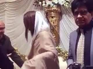 Gharida farooqi misbehaving with Reham khan security officer